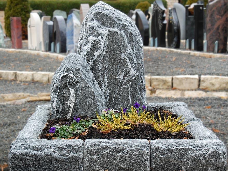 Natursteine-Bina-Steinmetzbetrieb-Urnengrab